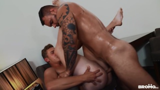 guy hits up big muscular daddy to come over & fuck him raw